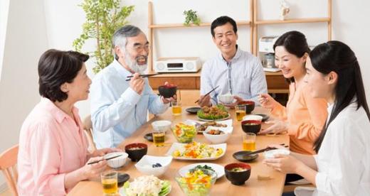 楽しく食事をしている家族