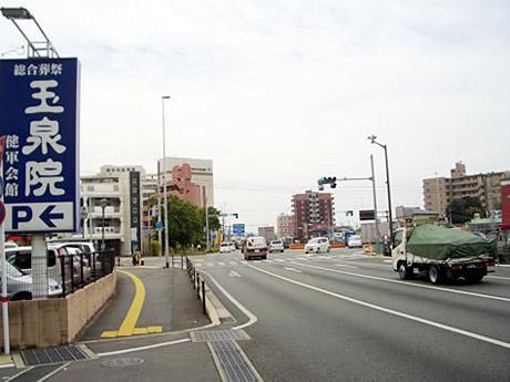 神水交差点(市電と交わる交差点)で左折します。左手に玉泉院の看板が目印です。